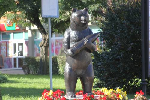 Jeden z pomników Wojtka / one of the monuments of Wojtek in Poland