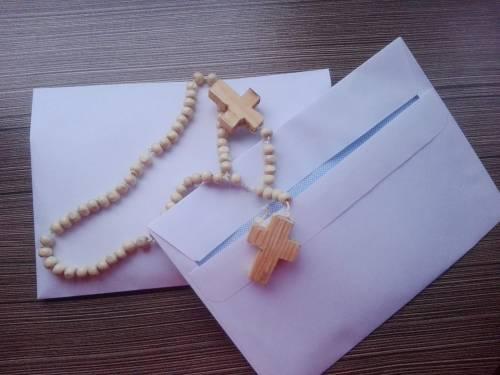 Każda z parafii, biorąca udział w modlitwach, otrzymuje własny różaniec / self-made rosaries are sent to the parishes involved in Rosary for Brothers